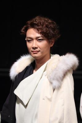 「首切り王子」のトルを演じる井上芳雄