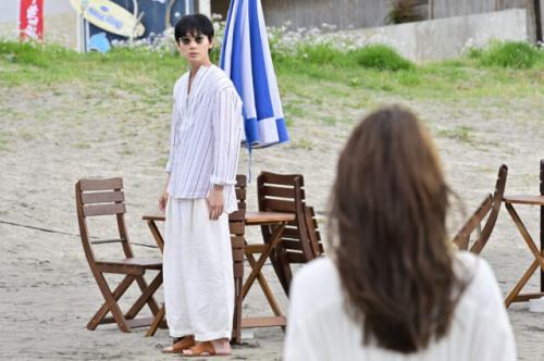 綾野剛(左)と石原さとみ (C)日本テレビ