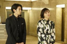渡邊圭祐(左)と比嘉愛未 (C)フジテレビ