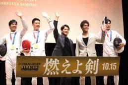 (左から)加納虹輝選手、見延和靖選手、岡田准一、武井壮、山田優選手  (C)エンタメOVO